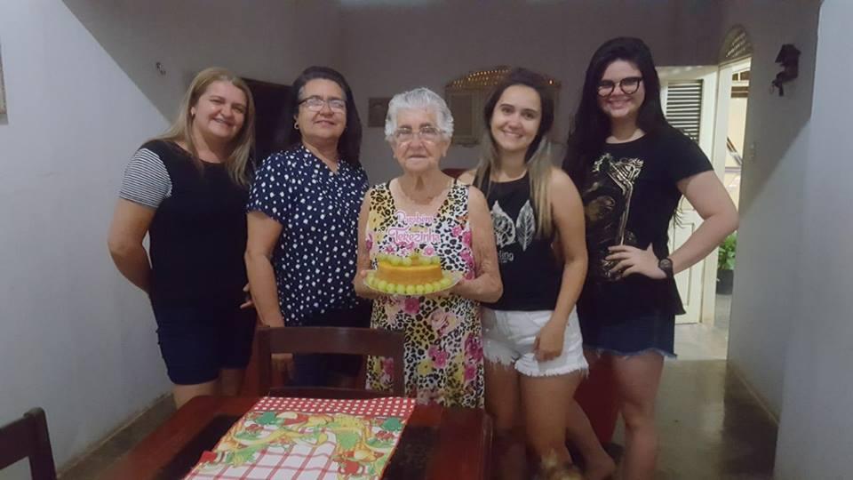 Com votos de saúde e paz parabenizamos dona Terezinha Fernandes pelos seus 78 anos, aqui ladeada pelas filhas Vanuza e Nubia com as netas Paula Valéria e Lorena. Vivas!
