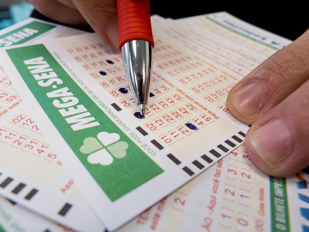 A aposta mínima na Mega-Sena custa R$ 3,50 e pode ser feita até às 19h (horário de Brasília) em qualquer lotérica do país.
