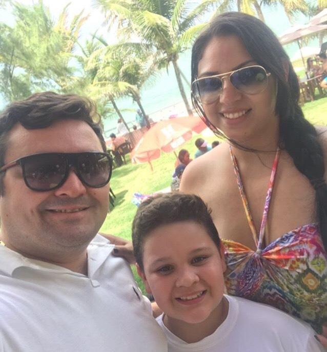 O parceiro de sempre Paulo Roberto, comemorou mais um ano de vida no último domingo, 22. Na foto, ao lado de sua esposa Anne Juliane e seu filho Victor Hugo.
