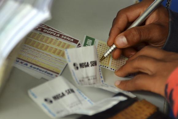 Mega-Sena acumula e deve pagar R$ 6 milhões neste sábado