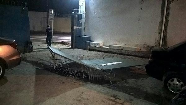 Agentes penitenciários de plantão reagiram e expulsaram a quadrilha.