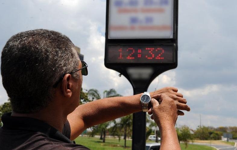 Horário de Verão começa neste domingo em três regiões do país