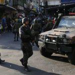 Troca de tiros entre PMs e criminosos deixa três feridos na favela da Rocinha
