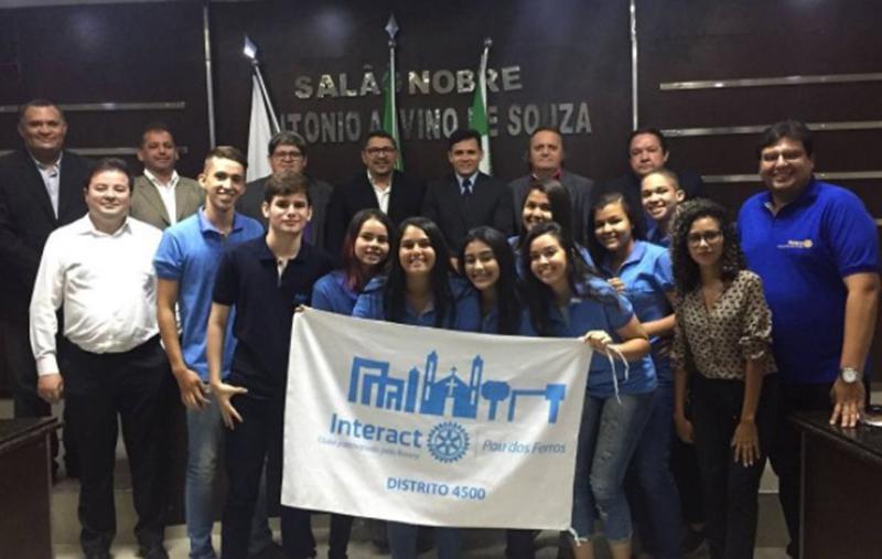 Rotaractianos e Interactianos no clique com os vereadores comemorando a aprovação do Projeto de Lei que institui o Dia Municipal do Interactiano.