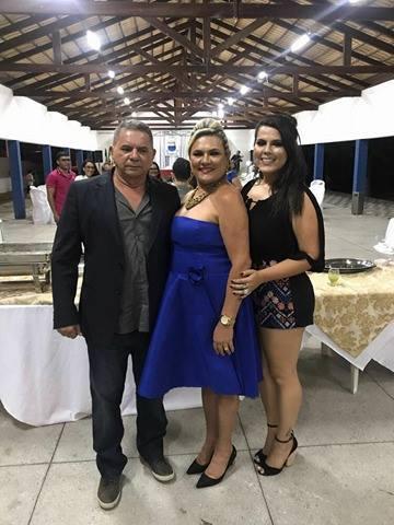A escritora Vilmaci Viana recebendo o carinho de sua família no dia de sua posse. Com o esposo Genival e a filha Anabele Viana.
