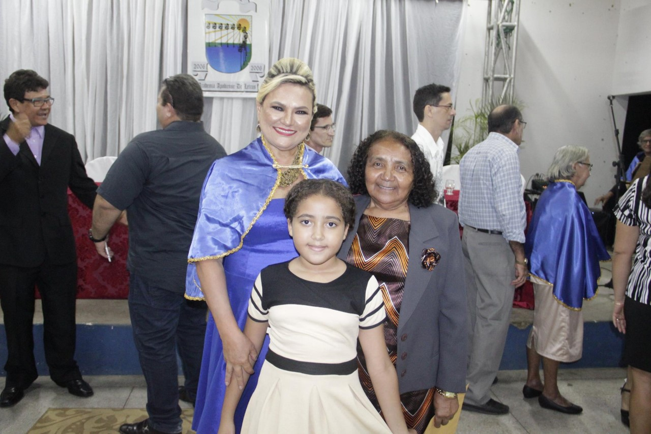 Vilmaci Viana, a escritora Maria Auxiliadora e sua netinha na solenidade da AAPOL.