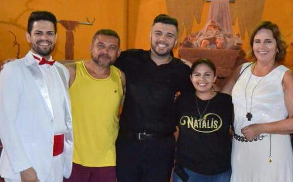 Abraçando a coreógrafa e diretora do Natalis os amigos Fernando, Carlos José, Petras Vinícius e Cláudia Regina.