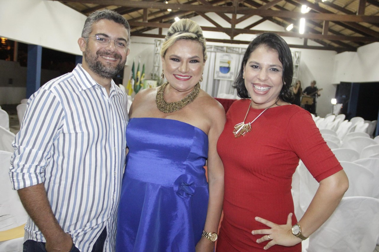 O jornalista José Paiva e sua esposa Regiane abraçando a anfitriã Vilmaci Viana.