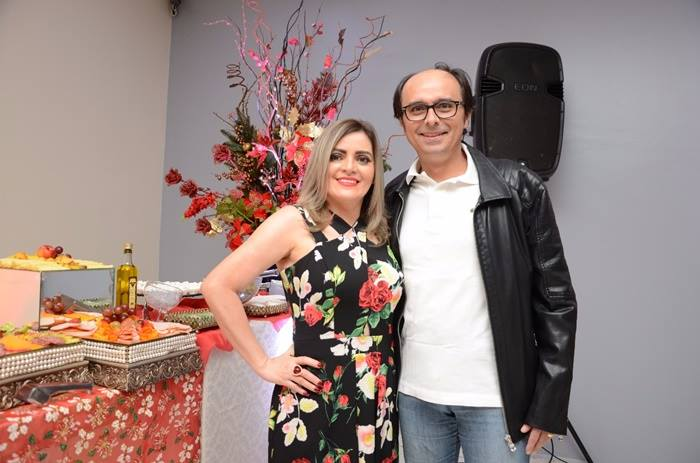 Márcio Oliveira, diretor da MN Imóveis, com a esposa Roseane Maia, recepcionando os convidados no coquetel de lançamento do loteamento Campos Bello, em Pau dos Ferros