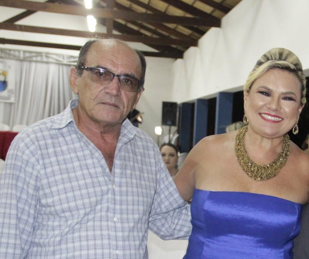 O escritor Irinaldo do Carmo ingressando na Academia de Letras de Apodi pelas mãos da anfitriã Vilmaci Viana.