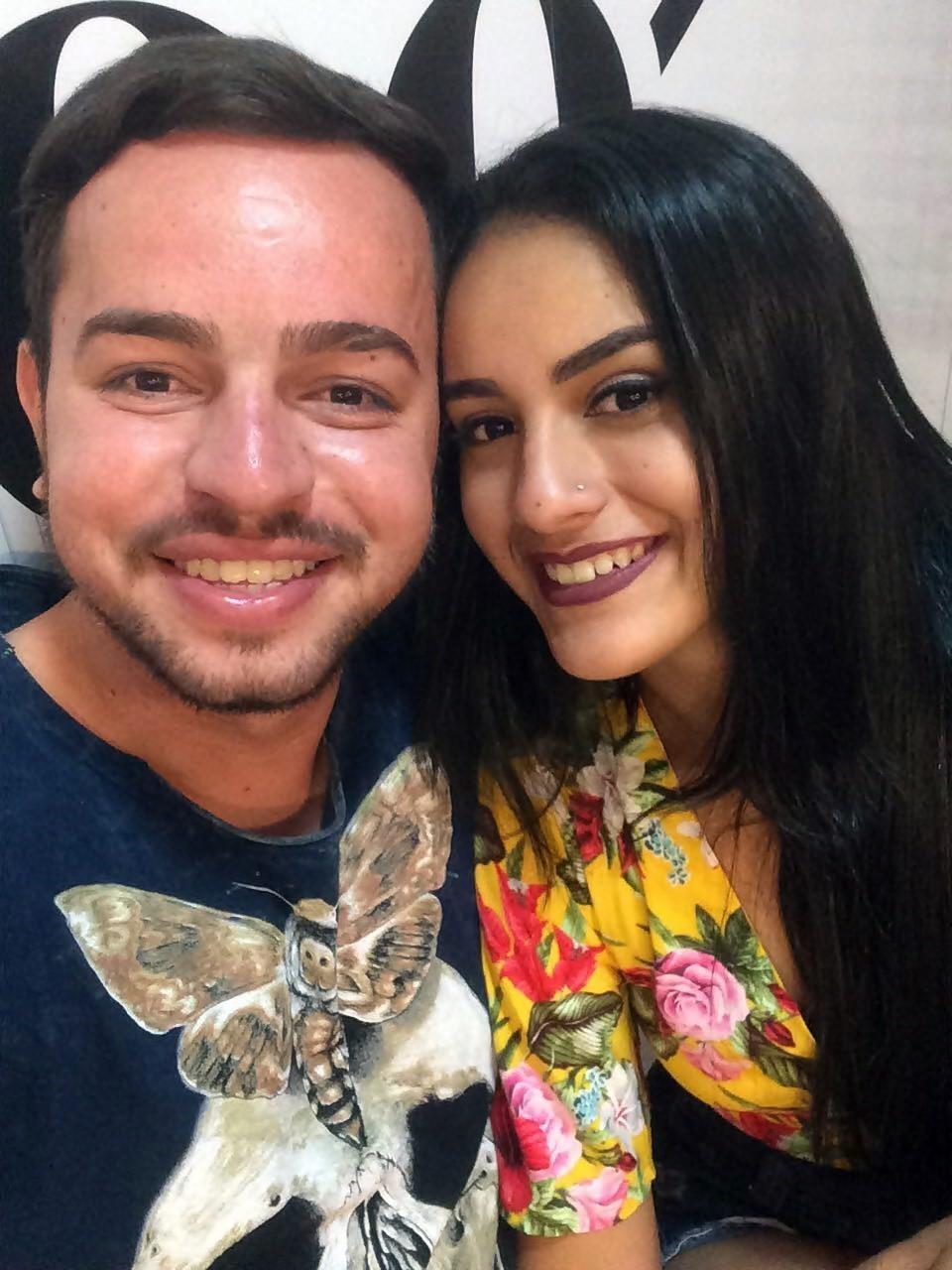 O cantor Wolney Fontes no clique a amada Sthefanny Oliveira.