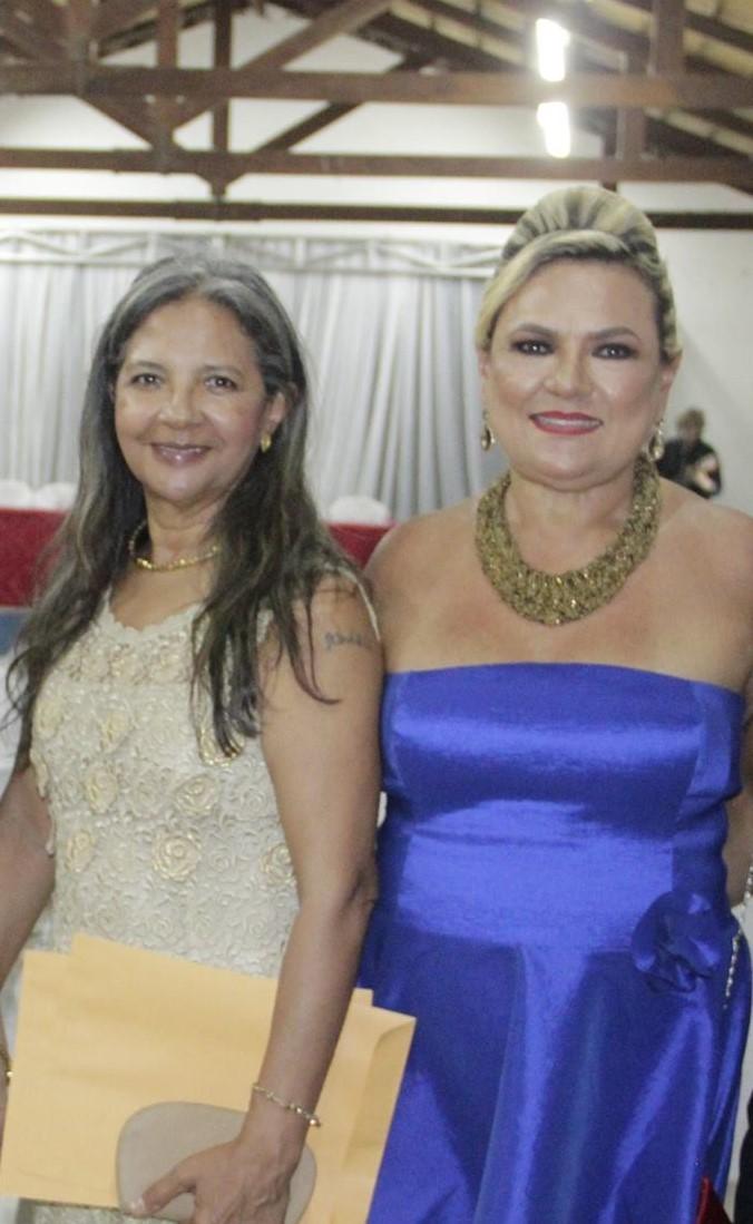 Recebendo Honra ao Mérito, a Diretora do Museu indígena Lúcia Tavares.