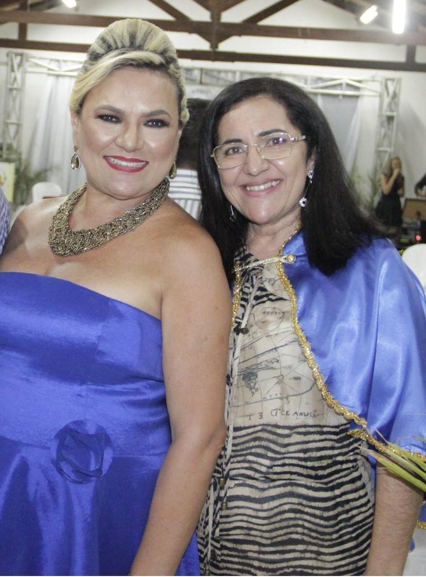 A escritora Deusinha do Córrego recebendo o abraço da querida Vilmaci Viana.