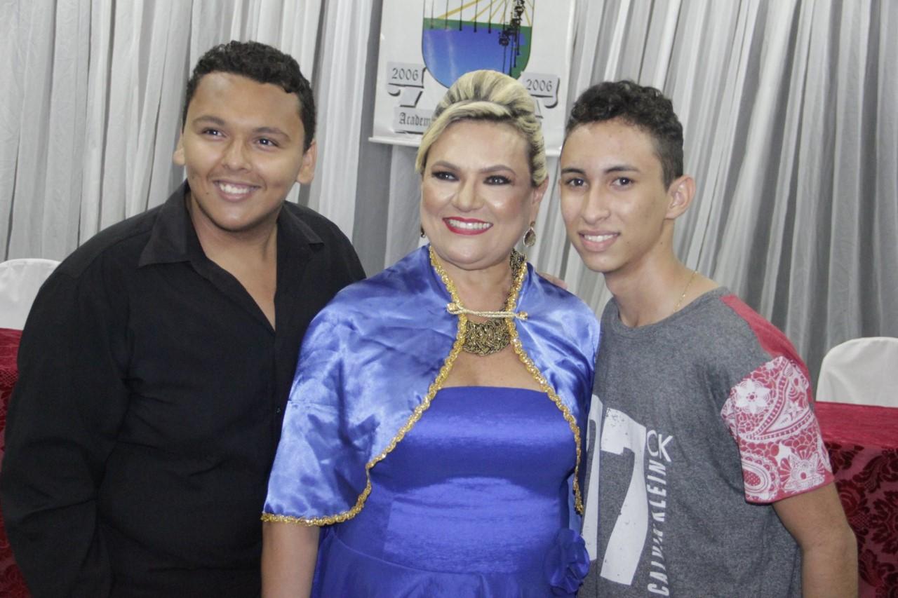 Recebendo o carinho dos alunos do grupo cultural da Escola Ferreira Pinto, Fabrício e Kelvin.