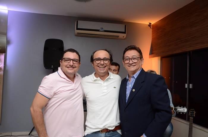 O fotógrafo Franskin Leite com Márcio Oliveira e o colunista Lisboa Batista que realizou o cerimonial do lançamento do loteamento Campos Bello.