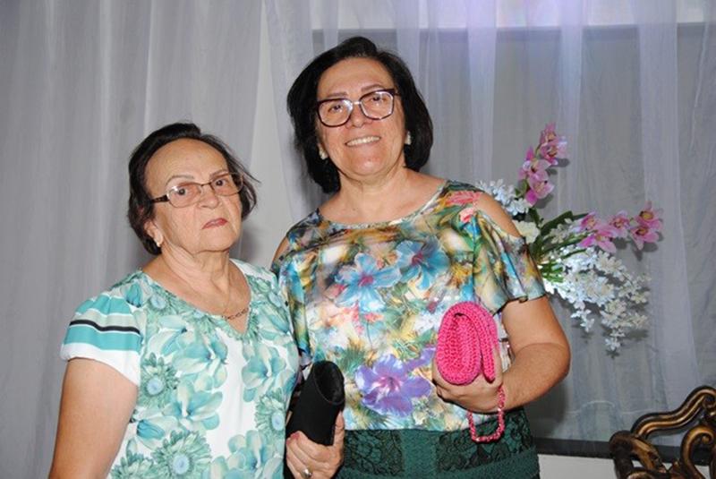 Elegantes: Netinha Amaral e Uigna de Begna nos salões do Maria Julia em noite de festa.