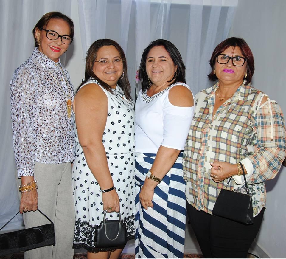 Quarteto alinhado no nosso chá com: Conceição de Góis, Vereadora Socorro Melo, Ireide Menezes e Fátima Oliveira. Acho chique!