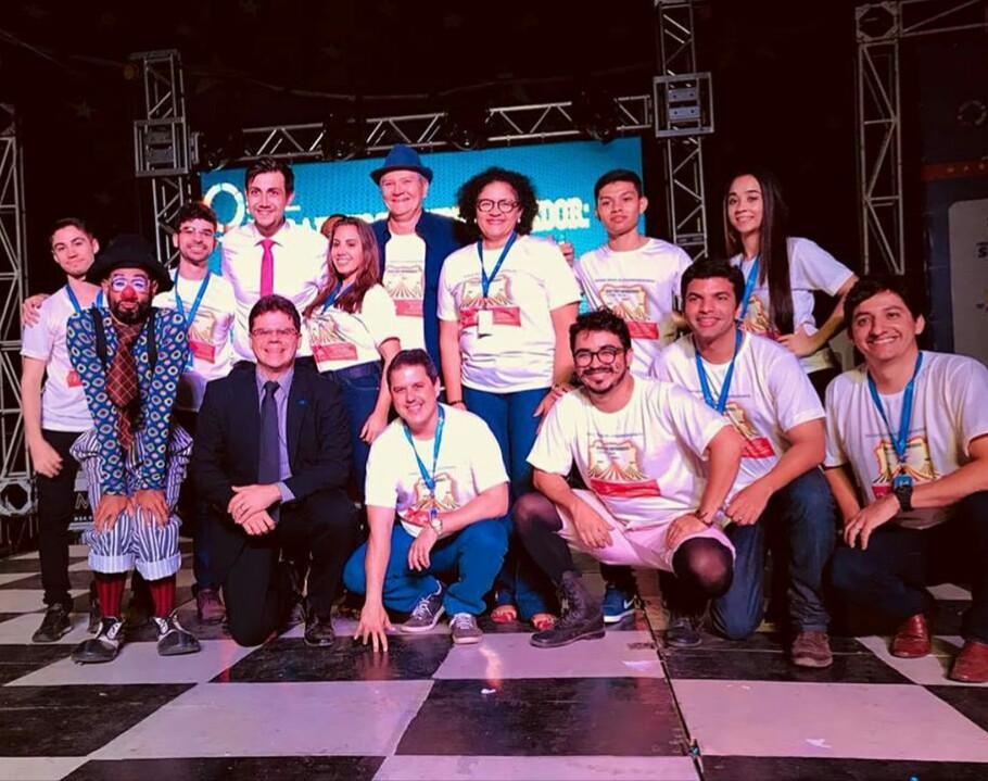 A equipe do Sebrae do escritório de Pau dos Ferros na Semana Global de Empreendedorismo com o palestrante Leonel Pontes, á esquerda, ao lado do palhaço do grupo Tropa Trupe, apresentou a palestra ''Encantando clientes em vendas''.