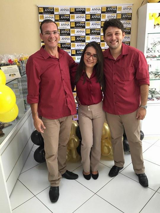 Eis aqui o empresário Segundo Diniz da Óticas Anna e seus colaboradores Marilia Alves e Leandro Oliveira. Chiques!