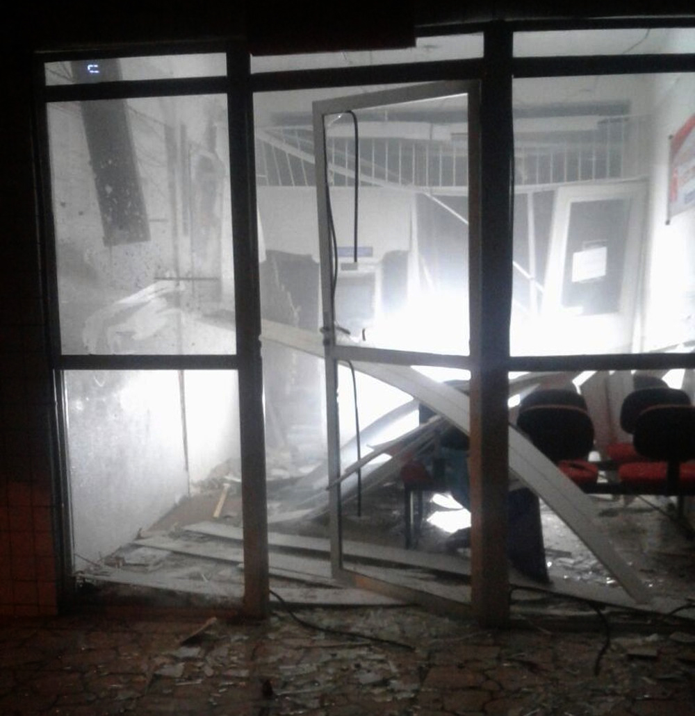 Quadrilha atira em base da PM, tranca policial e explode caixa eletrônico no RN