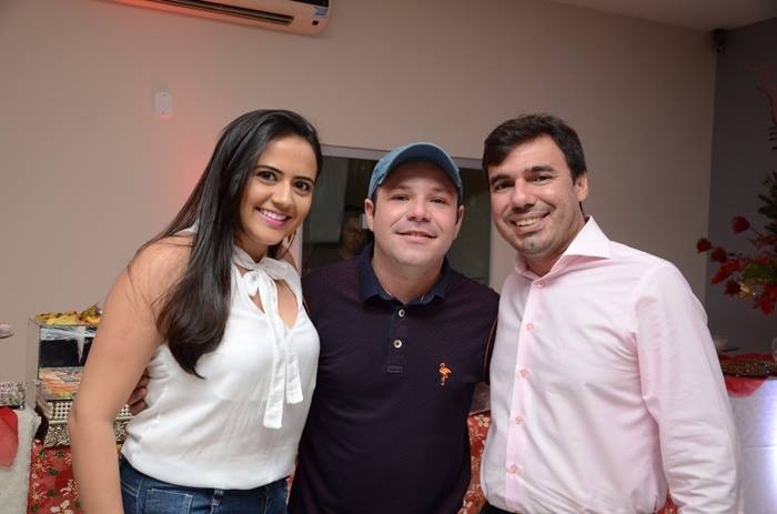 O colunista no clique com o casal de advogados Odair Rego/Ana Gleice no coquetel do loteamento Campos Bello.