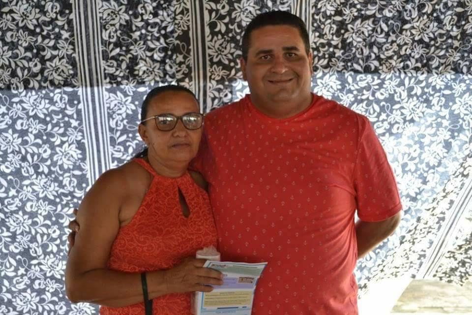 Aniversariante festejada de hoje a querida Rosegna Pereira Alves da cidade de Janduís para quem desejamos felicidades mil, na foto ao lado do irmão Jório Targino. Parabéns!