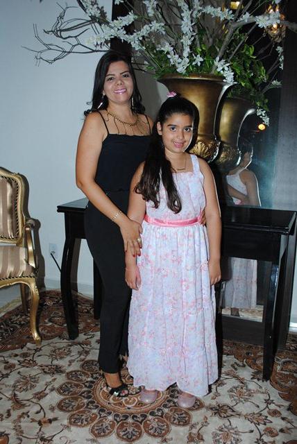 Ao lado da mãe Samantha Maia a aniversariante festejada de amanhã Germana Genebaldo para quem desejamos toda felicidade que houver. Vivas!