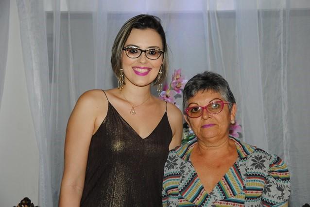 Sempre arrasando Ariadeny Fernandes abrilhantou nossa festa juntamente com sua mãe Denira Fernandes. Achei chique!