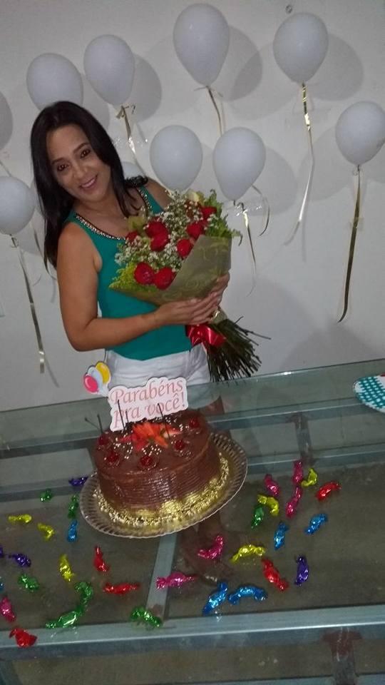 Buque de flores para essa linda! Maria Lourdecy, que esteve de parabéns dia 09/11 ganhou além de buque festa surpresa da familia e amigos.
