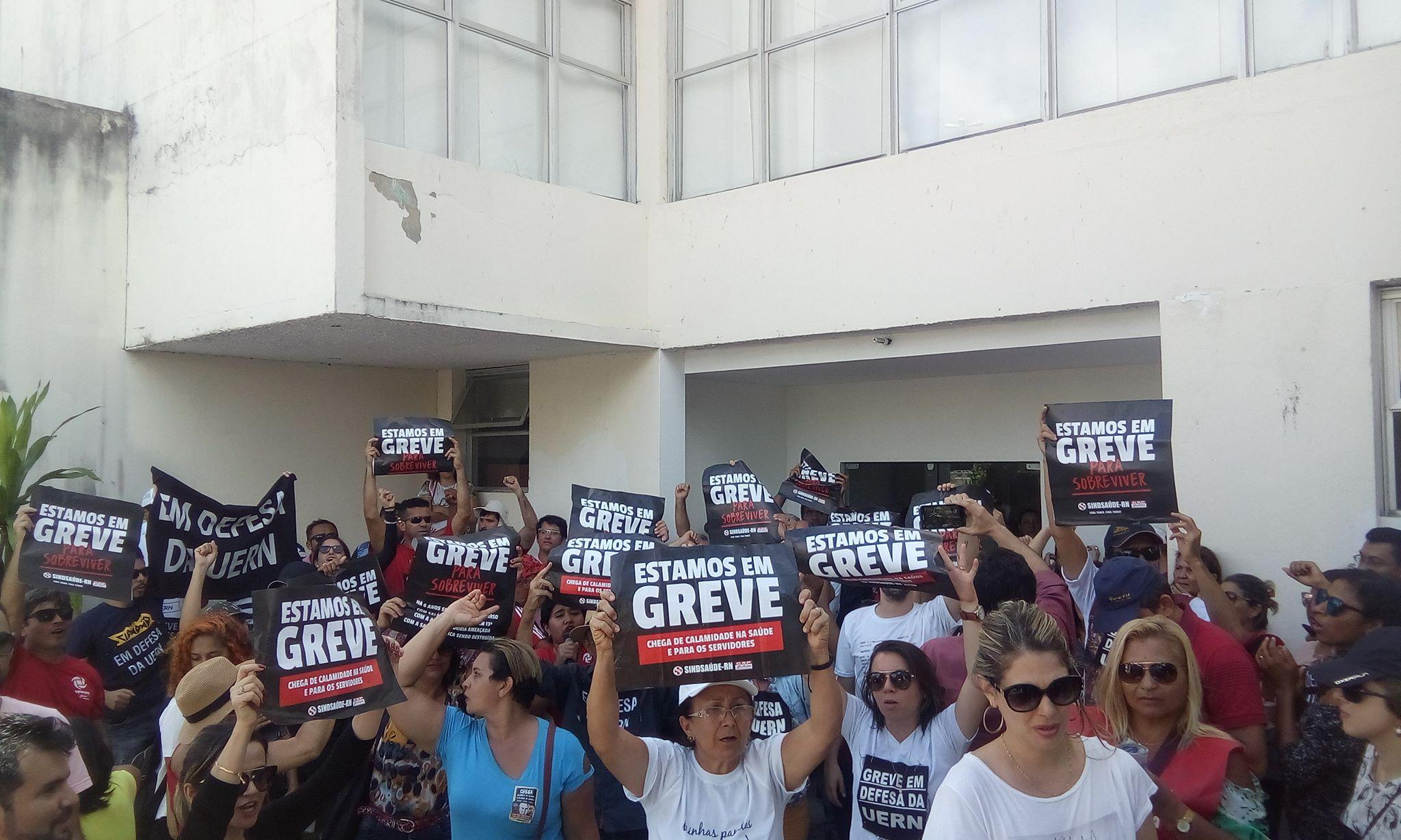 Professores da UERN e servidores estaduais da saúde protestam contra atrasos de salário