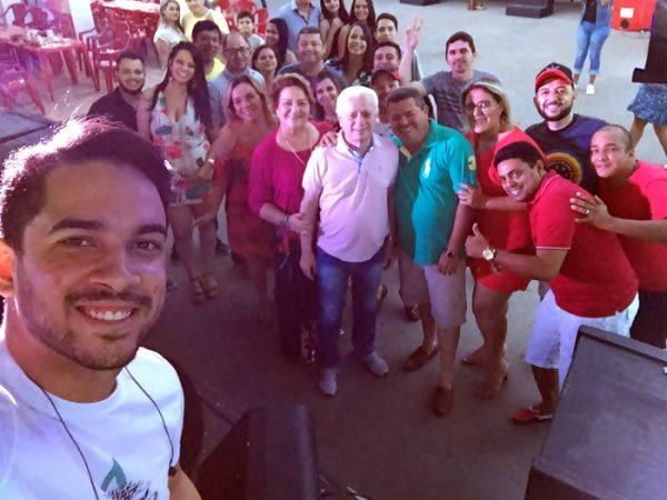 Momento Selfie com o cantor Henry Freitas que animou a nossa confraternização!