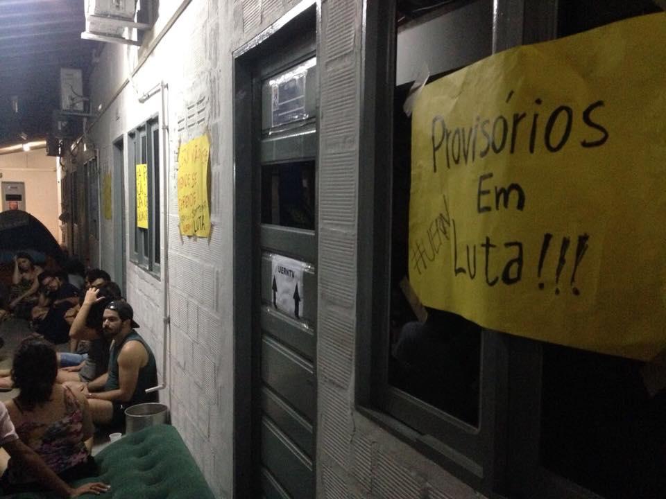 Professores e estudantes ocupam reitoria da UERN