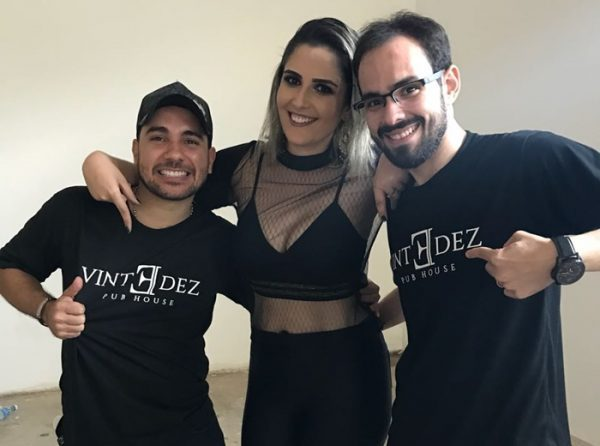 O cantor André Luví no clique com Bruna Miranda e Dirceu Mota na inauguração da Vinte Dez Pub House.