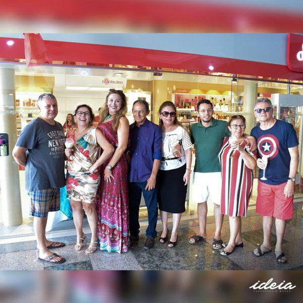 A empresaria Alzir Aquino brindando ao lado dos amigos, clientes e imprensa, os 25 anos de sucesso do O Boticário, em Pau dos Ferros/RN.