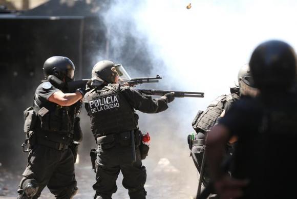 Polícia usou balas de borracha e gás lacrimogênio contra manifestantes  (Foto: David Fernández/EFE).