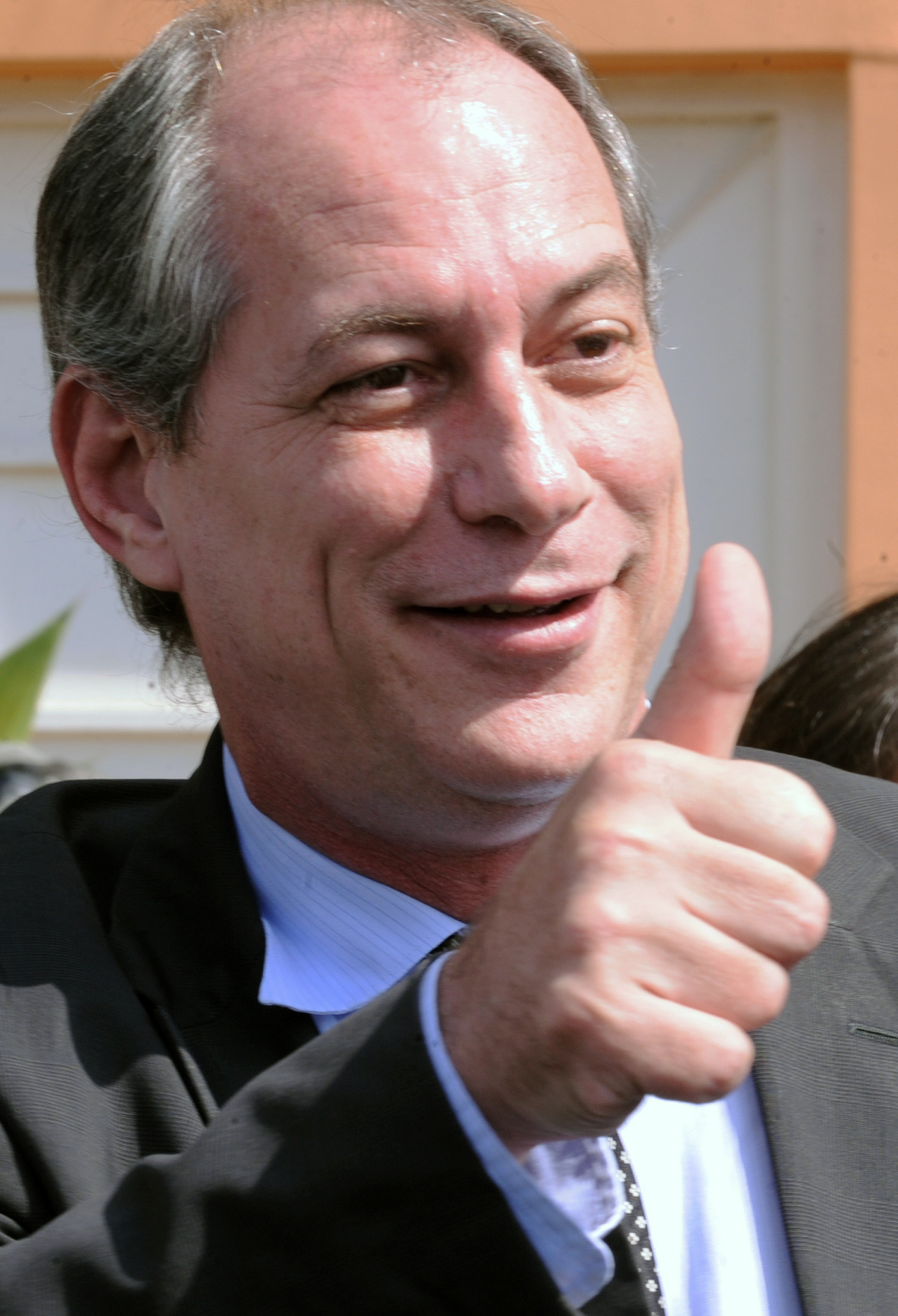 'Na defesa da democracia, vamos tocar fogo na rua', diz Ciro Gomes sobre tuíte de Carlos Bolsonaro