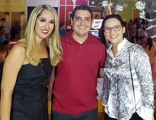 O Prefeito de Apodi, Alan Silveira, acompanhado da Secretária de Desenvolvimento Social Isiany Medeiros e da vice-prefeita Hortência Regalado no encerramento da Caravana Natalina.