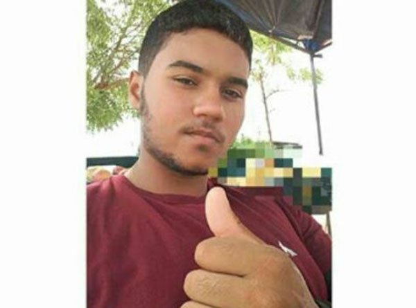 Os investigadores não descartam a possibilidade de o adolescente ter sido assassinado por engano.