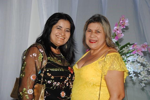 Queridas na nossa noite De repente 15 as irmãs Neide e Menny Almeida. Adorei!