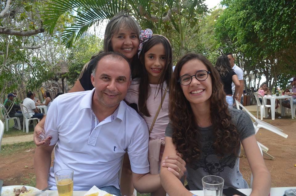 Ao lado do pai Patrício Rogério, da mãe Fausta, da irmã Mariana a aniversariante do dia Fabricia Maria da Costa Brito. Parabéns, tudo de bom!