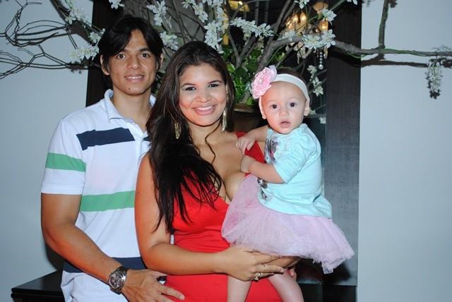 Hoje os vivas para meu primo Aryel Ingber que na foto está ladeado pela amada Thes's e da filha Arabela. Daqui os votos de felicidades sempre!