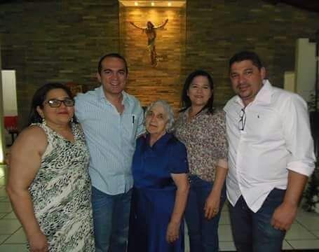 Em tempo parabenizamos Edson Rêgo, aniversariante do sábado passado. Aqui no clique recebendo o carinho da família.
