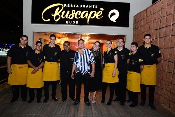 O casal Diêgo Araújo e Juliana Oliveira no clique com a equipe competente do Buscapé Budd, recém-inaugurado em Mossoró.