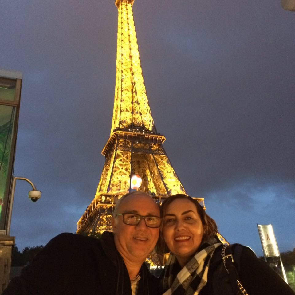 Com a torre Eiffel ao fundo o casal Jânio Marinho e sua Vania Solano Marinho que comemoraram recentemente bodas de perola. Desejamos felicidades mil!
