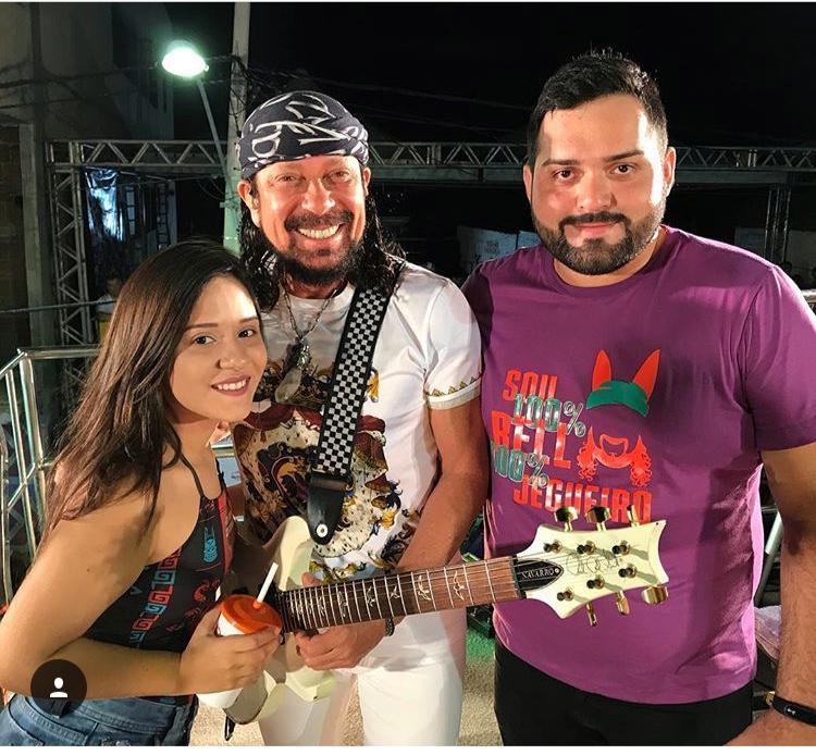 O Assessor de Comunicação do Jegue Folia, Erickson Queiroz e a namorada Thainá Maura, no clique com o cantor Bell Marques!!!