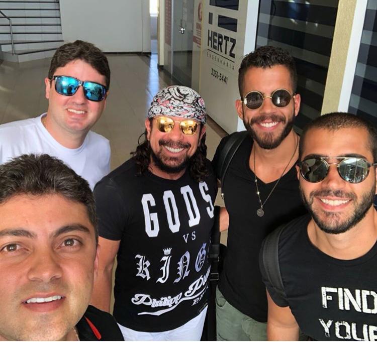 Os irmãos Marcelo Conrado e André Conrado, recebendo o cantor Bell Marques e os filhos Rafa e Pipo, que animaram o Jegue Folia 2018.