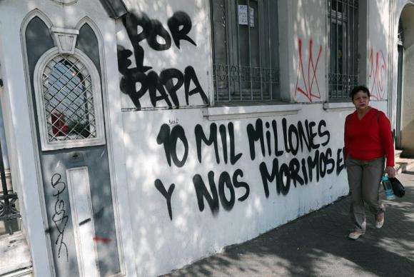 Santiago – Os muros da Igreja Cristo Pobre foram pichados com mensagens contra a visita do papa Francisco. Foto: Mario Ruiz