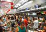Vitória (ES) - Supermercados lotados e com filas nos caixas e na entrada funcionam em horário reduzido. (Tânia Rêgo/Agência Brasil)