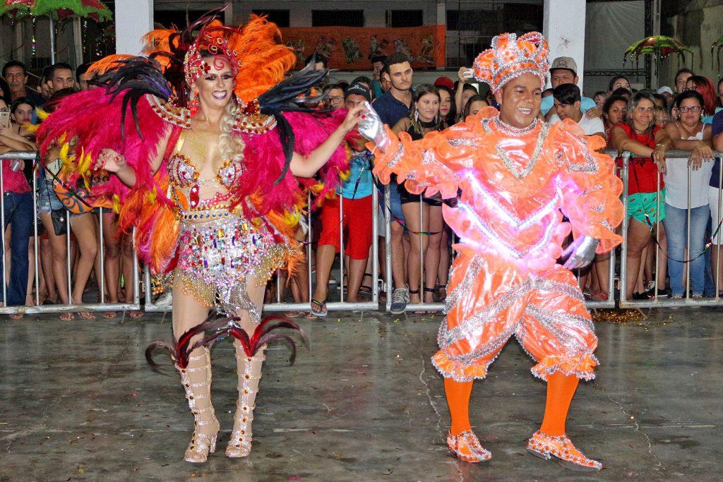 Suas Majestades, rainha e rei do carnaval de Apodi, Flávia Angélica e Buiu Noronha.