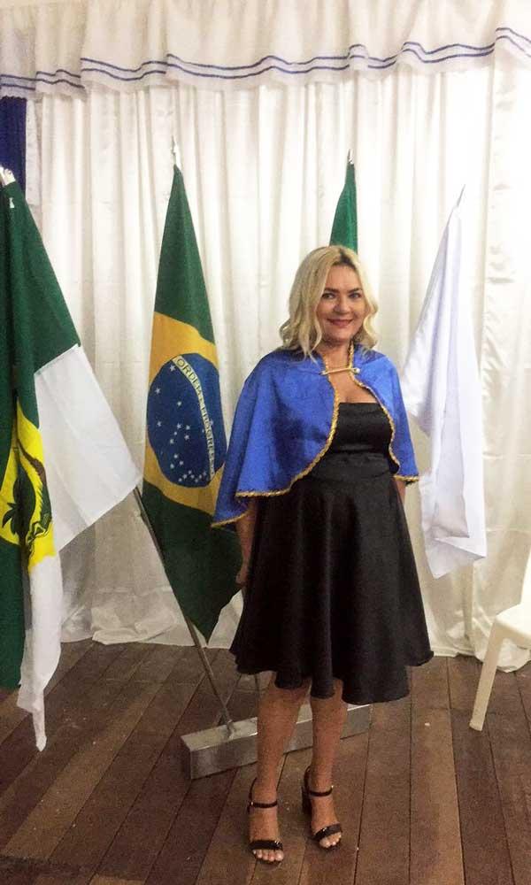 A Presidenta da AAPOL, Vilmaci Viana, empossando os novos Imortais da Academia.